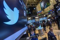 Twitter a annoncé mardi des résultats et un chiffre d'affaires meilleurs que prévu, mais la croissance du nombre de ses utilisateurs mensuels est tombée à son rythme le plus faible depuis sa cotation en 2013, provoquant une baisse d'environ 7% de son titre dans les transactions après Bourse. /Photo d'archives/REUTERS/Brendan McDermid