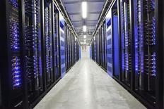 Atos annonce relever son objectif de flux de trésorerie pour 2015 et confirme également ses autres prévisions pour l'année, qui intègrent désormais l'acquisition des activités informatiques de Xerox (Xerox ITO). La société de services d'informatique et d'ingénierie (SSII) a réalisé au 1er semestre un chiffre d'affaires de  4,941 milliards d'euros, en hausse de 18%, soit une croissance de 0,3% à périmètre et taux de change constants. /Photo d'archives/REUTERS/Susanne Lindholm/Scanpix Sweden