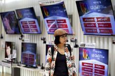 Un cliente pasa junto a televisores LG Electronics, en una tienda en Seúl, Corea del Sur, 23 de julio de 2015. La firma surcoreana de tecnología LG Electronics Inc dijo el miércoles que su ganancia operativa cayó un 60 por ciento entre abril y junio respecto al mismo período del año anterior, muy por debajo de las estimaciones, golpeada por unas débiles ventas de televisores y teléfonos inteligentes. REUTERS/Kim Hong-Ji