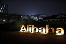 Le chinois Alibaba compte investir un milliard de dollars (0,9 milliard d'euros) dans son service d'informatique dématérialisée Aliyun afin de concurrencer à l'échelle mondiale la lucrative division de services en ligne de son concurrent américain Amazon.com. /Photo d'archives/REUTERS/Aly Song