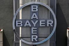 El logo corporativo de Bayer, visto en su sede en Caracas, 6 de mayo de 2015. La farmacéutica alemana Bayer reportó un aumento de un tercio en sus ganancias estructurales subyacentes del segundo trimestre, gracias a la fortaleza de las monedas extranjeras y por un incremento en las prescripciones de nuevos fármacos como la píldora para la prevención de la apoplejia Xarelto. REUTERS/Carlos Garcia Rawlins