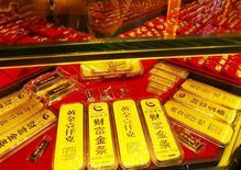 Lingotes de oro en una tienda en Yichang, provincia de Hubei, China, 28 de julio de 2015. El precio del oro se estabilizaba el miércoles ante el debilitamiento del dólar, pero aún cotizaba cerca de un mínimo nivel en cinco años y medio que tocó la semana pasada, mientras los inversores esperaban el fin de la reunión de política monetaria de la Reserva Federal de Estados Unidos. REUTERS/Stringer