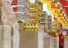 Продукты в магазине Ашан в Москве 28 ноября 2014 года. Рост индекса потребительских цен в России за период с 21 по 27 июля замедлился до нуля с 0,1 процента на предыдущей неделе, сообщил Росстат. REUTERS/Sergei Karpukhin