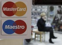 Un cartel con el logo de MasterCard, visto en la puerta de una tienda de zapatos, en Stavropol, 13 de enero de 2015. El operador de tarjetas de crédito y débito MasterCard reportó el miércoles ingresos trimestrales menores a lo esperado debido a que la empresa ofreció más incentivos para atraer a nuevos usuarios y renovar acuerdos. REUTERS/Eduard Korniyenko