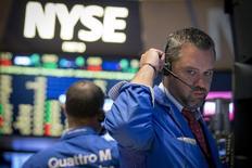 Les marchés américains ont ouvert sur une note légèrement positive mercredi, sur fond de stabilisation des marchés chinois et dans l'attente de nouveaux indices de la Réserve fédérale sur le calendrier qu'elle adoptera pour relever ses taux. Une vingtaine de minutes après le début des échanges, le Dow Jones gagne 28,59 points, soit 0,16%, à 17.658,86 points.  /Photo prise le 28 juillet 2015/REUTERS/Brendan McDermid
