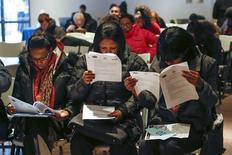 Candidatos preenchem formulários para vagas temporárias de trabalho em Nova York. 04/03/2014 REUTERS/Shannon Stapleton