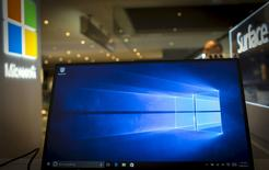 Una computadora corre una demostración del sistema operativo Windows 10, en una tienda de Microsoft en Nueva York, 28 de julio de 2015. El lanzamiento del primer sistema operativo de Microsoft Corp en tres años, diseñado para funcionar en computadoras portátiles, de escritorio y teléfonos inteligentes, obtuvo mayoritariamente reacciones positivas por su interfaz fácil de utilizar y con muchas herramientas.  REUTERS/Mike Segar