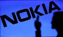 Nokia  annonce une hausse inattendue de son bénéfice au deuxième trimestre, grâce aux ventes de logiciels dégageant de bonnes marges et à une diminution des contrats à faible rendement de sa principale division, celles des équipements de réseaux télécoms. /Photo d'archives/REUTERS/Dado Ruvic