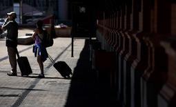 Turistas en el exterior de la estación de Atocha, Madrid, el 27 de julio de 2015. La economía española creció en el segundo trimestre del 2015 a su ritmo más rápido en ocho años, coincidiendo con una recuperación del consumo. REUTERS/Sergio Pérez