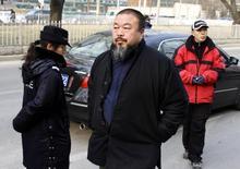 Artista dissidente chinês Ai WeiWei em rua de Pequim. 23/12/2009 REUTERS/David Gray