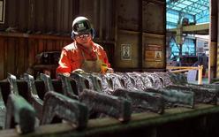 Un trabajador monitorea un proceso dentro de la planta de refinería de cobre de Codelco, Ventanas, en Ventanas, al noroeste de Santiago, 7 de enero de 2015. La producción manufacturera en Chile subió un 1,7 por ciento interanual en junio, una cifra que contrasta con la baja que esperaba el mercado, en medio de una desaceleración de la actividad económica. REUTERS/Rodrigo Garrido