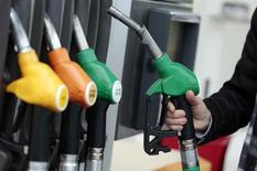 Un cliente se prepara para llenar su tanque de combustible, en una gasolinera en Niza, 5 de diciembre de 2014. Los precios del petróleo se recuperarían de mínimos de seis meses para cerrar al alza este año y ampliarían ese avance en el 2016 ante un aumento de la demanda en los mercados emergentes, mostró el jueves un sondeo mensual de Reuters. REUTERS/Eric Gaillard