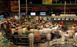 Operadores en la rueda de operaciones de la Bolsa de Valores de Sao Paulo, oct 8 2008. El principal índice de acciones de Brasil cerró en baja el jueves, con Bradesco y Vale entre las principales presiones negativas, en una sesión en la que los inversores evaluaron las señales de un término del ciclo de alzas de tasas por parte del Banco Central.  REUTERS/Paulo Whitaker