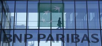 Логотип BNP Paribas на здании в пригороде Парижа. 23 апреля 2015 года. Выручка французского банка BNP Paribas выросла почти на 16 процентов во втором квартале благодаря хорошим результатам торговли акциями, сильному доллару и недавно купленным компаниям. REUTERS/Gonzalo Fuentes