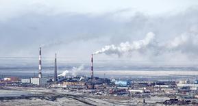 Завод Норникеля в Норильске. 16 апреля 2010 года. ГМК Норильский Никель во втором квартале 2015 года сократила выпуск никеля на 5 процентов по сравнению с предыдущим кварталом до примерно 64.000 тонн, сообщил один из крупнейших мировых производителей этого металла в пятницу. REUTERS/Ilya Naymushin