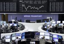 Operadores trabajando en la Bolsa de Fráncfort, Alemania, 29 de julio de 2015. Las bolsas europeas abrían el viernes estables después de haber repuntado en las tres sesiones anteriores, con comportamientos destacados de varias empresas tras superar las previsiones con sus resultados trimestrales. REUTERS/Remote/Pawel Kopczynski