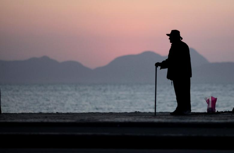 An elderly man stands in Copacabana in Rio de Janeiro September 13, 2011.  REUTERS/Ricardo Moraes