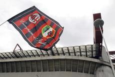 Silvio Berlusconi a signé un accord préliminaire pour la cession de 48% du capital de l'AC Milan à l'homme d'affaires thaïlandais Bee Taechaubol d'ici à fin septembre. /Photo prise le 29 avril 2015/REUTERS/Alessandro Garofalo