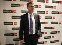 Eric Denoyer, directeur général du groupe Numericable-SFR, dont le titre progresse de 2,51% vers 12h12 lundi, alors que sa maison mère ALTICE prend +0,1% et que l'indice CAC 40 avance de 0,41%. Les groupes télécoms ou de médias sont recherchés à mi-séance sur fond d'anticipations d'opérations de fusions-acquisitions dans les deux secteurs. /Photo prise le 12 mai 2015/REUTERS/Charles Platiau
