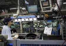 Un empleado de Nissan Motor Co. trabaja en la línea de ensamblaje en la planta de la compañía en Kanda, Japón, 9 de julio de 2015. La actividad manufacturera japonesa se expandió en julio a su ritmo más rápido en cinco meses, aunque no tanto como se esperaba inicialmente, mostró el lunes una encuesta privada, lo que sugiere que el crecimiento económico podría estar rebotando lentamente después de un debilitamiento previsto en el segundo trimestre. REUTERS/Maki Shiraki
