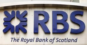 El logo del Royal Bank of Scotland (RBS), visto en una de sus oficinas en Zúrich, 27 de marzo de 2015. Gran Bretaña absorbió el martes una pérdida de 1.100 millones de libras esterlinas (1.700 millones de dólares) en su primera venta de acciones de Royal Bank of Scotland (RBS), desatando acusaciones de políticos opositores que denunciaron una operación innecesariamente apresurada y costosa. REUTERS/Arnd Wiegmann