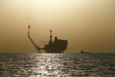 Нефтяная платформа у побережья Ливии. 3 августа 2015 года. Цены на нефть растут после 5-процентного падения в понедельник, вызванного повышенным предложением при слабых экономических прогнозах. REUTERS/Darrin Zammit Lupi