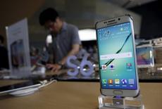 Un cliente detrás de un celular Samsung Galaxy S6, en una tienda en Seúl,  Corea del Sur, 7 de julio de 2015. Durante cuatro años, Samsung Electronics ha disfrutado del éxito de sus teléfonos inteligentes Galaxy, generando miles de millones de dólares en un mercado donde compite con Apple en el segmento de telefonía móvil de alta tecnología. REUTERS/Kim Hong-Ji