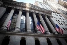 Wall Street poursuit son repli mardi dans les premiers échanges, après avoir déjà enchaîné deux séances de baisse pendant que s'installe une forme d'attentisme des investisseurs avant la publication des chiffres de l'emploi du mois du juillet, donnée essentielle pour la politique monétaire de la Fed. L'indice Dow Jones perd 0,08%, à 17.584,93 points à 13h40 GMT. /Photo d'archives/REUTERS/Carlo Allegri