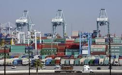 """Le port de Los Angeles. Les négociateurs de l'Union européenne espèrent conclure en 2016 """"dans un scénario optimiste"""" un nouvel accord de libre-échange avec les Etats-Unis, connu sous le nom de Partenariat transatlantique de commerce et d'investissement (TTIP), qui engloberait un tiers du commerce mondial, a déclaré mardi la commissaire au Commerce, Cecilia Malmström. /Photo prise le 18 février 2015/REUTERS/Bob Riha, Jr."""
