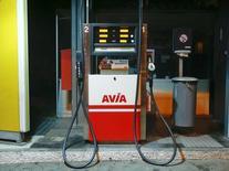 Un surtidor de combustible en una gasolinera de Avia en Zúrich, ene 13 2015. Los precios del petróleo es poco probable que se recuperen pronto mientras Arabia Saudita siga impulsando sus actividades de refinación y con eso fuerce a plantas en otras regiones a desacelerar sus operaciones, generando así un superávit de crudo no deseado.  REUTERS/Arnd Wiegmann