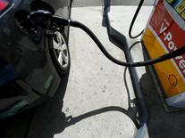 El proceso de carga de gasolina en un vehículo en Carlsbad, EEUU, ago 4 2015. Los inventarios de crudo en Estados Unidos cayeron la semana pasada, mientras que los de gasolina retrocedieron y los de destilados aumentaron, mostraron el martes datos del Instituto Americano del Petróleo (API).  REUTERS/Mike Blake