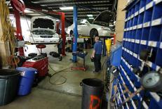 Mecánicos arreglando autos en un garage en San Diego, California, 17 de abril de 2014. El ritmo de crecimiento del sector servicios de Estados Unidos aumentó en julio a su mejor nivel en una década, impulsado por fuertes avances en la actividad empresarial, el empleo y los nuevos pedidos, mostró el miércoles un informe de la industria. REUTERS/Mike Blake