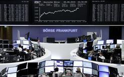 Les Bourses de la zone euro ont fini en nette hausse mercredi, dans le sillage des valeurs cycliques, soutenues par les résultats des enquêtes Markit en zone euro, et de Société générale (+7,9%), dont les résultats trimestriels ont impressionné le marché.   L'indice CAC 40 a gagné 1,65% et la Bourse de Francfort a progressé de 1,57%. /Photo prise le 5 août 2015/REUTERS/Staff/remote