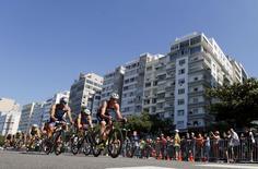 Ciclistas pedalam na orla de Copacabana durante evento-teste do triatlo para os Jogos de 2016. 02/08/2015 REUTERS/Sergio Moraes