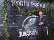 """El protagonista del filme """"Jurassic World"""", Chris Pratt, posa para una fotografía durante el estreno de la cinta en Hollywood, jun 9 2015. Universal Pictures hizo historia el miércoles al convertirse en el primer estudio cinematográfico en recaudar 5.530 millones de dólares en la taquilla mundial en un año, estableciendo un récord en la industria. REUTERS/Mario Anzuoni"""