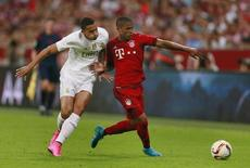 Douglas Costa (direita), do Bayern de Munique, em disputa de bola com Danilo, do Real Madrid, na Allianz Arena, em Munique, na Alemanha, nesta quarta-feira. 05/08/2015 REUTERS/Action Images/Jason Cairnduff/Livepic