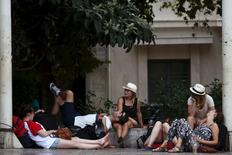 Tourists relax under trees in central Athens, Greece August 4, 2015.  REUTERS/Yiannis Kourtoglou