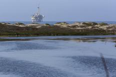 Нефтяная платформа у побережья Калифорнии. 30 июля 2015 года. Цены на нефть остаются вблизи многомесячных минимумов за счет повышения запасов бензина в США. REUTERS/Patrick T. Fallon