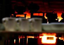 Teteras en la fábrica Portmeirion, en Stoke-on-Trent, Inglaterr, 16 de febrero de 2015. La producción industrial británica se desaceleró inesperadamente en junio debido una caída en la producción de petróleo y gas y en la minería, mostraron el jueves datos oficiales. REUTERS/Darren Staples