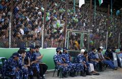 Policiais palestinos fazem segurança em jogo de futebol na Cidade de Gaza . 6/8/2015.  REUTERS/Suhaib Salem