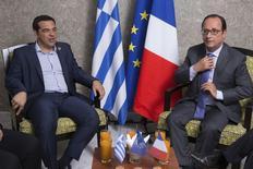 Primeiro-ministro grego, Alexis Tsipras (esquerda), conversa com o presidente francês, François Hollande, em reunião paralela à inauguração do novo Canal de Suez, no Egito, nesta quinta-feira. 06/08/2015 REUTERS/Philippe Wojazer