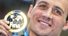 Nadador norte-americano Ryan Lochte exibe medalha de ouro conquistada na final da prova individual dos 200 metros medley no mundial de Kazan, na Rússia, nesta quinta-feira. 06/08/2015 REUTERS/Hannibal Hanschke