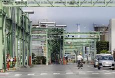 El Banco de Japón mantuvo su política monetaria estable el viernes y se apegó a su evaluación optimista de la economía, señalando su convicción de que la inflación llegará a su meta de 2 por ciento sin necesidad de un estímulo monetario adicional. En la foto, un trrabajador en bicicleta en una fábrica en Yokohama el 23 de junio de 2015. REUTERS/Toru Hanai