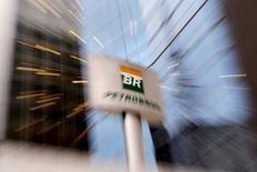 El logo de Petrobras, visto en el frontis de la sede de la compañía en Sao Paulo, 23 de abril de 2015. La petrolera brasileña Petrobras redujo su costo de extracción de crudo de campos subsal mar adentro a 8 dólares el barril desde 9 dólares, dijeron ejecutivos el viernes. REUTERS/Paulo Whitaker