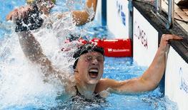 Katie Ledecky comemora vitória e recorde mundial em Kazan, na Rússia. 08/08/2015 REUTERS/Michael Dalder