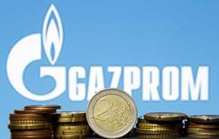 Moedas do euro em frente logomarca da Gazprom, em fotografia ilustrativa. 21/04/2015    REUTERS/Dado Ruvic