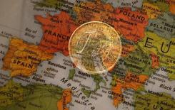 Una ilustración fotográfica que muestra una moneda de un euro y un mapa de Europa, 9 de enero de 2013. El crecimiento económico está mostrando más señales de fortaleza en Francia, Italia y la zona euro en general, pero la expansión parece estar desacelerándose a tendencias de largo plazo en Estados Unidos y Gran Bretaña, dijo la Organización para la Cooperación y el Desarrollo Económicos (OCDE). REUTERS/Kai Pfaffenbach