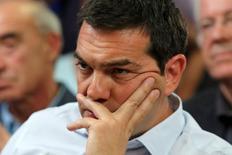 El primer ministro griego, Alexis Tsipras, durante una reunión en el Ministerio de Agricultura, en Atenas, Grecia, 5 de agosto de 2015. Grecia y los acreedores internacionales trataban el lunes de dar los toques finales a un acuerdo de rescate de miles de millones de euros, que busca mantener a flote financieramente el país y cumplir dentro de unos días con un importante pago de deuda con el Banco Central Europeo. REUTERS/Yiannis Kourtoglou