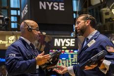 Wall Street a ouvert lundi en hausse, saluant l'approche de la fin de la saison des résultats trimestriels ainsi que les espoirs de nouvelles mesures de stimulation de la part des autorités de Pékin après la publication de nouveaux indicateurs chinois décevants. L'indice Dow Jones gagne 0,46% à l'ouverture, le Standard & Poor's 500, plus large, progresse de 0,54% et le Nasdaq Composite prend 0,77%. /Photo prise le 21 juillet 2015/REUTERS/Lucas Jackson
