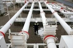 Рабочий в центре турецкой Petroleum and Pipeline Corporation 5 января 2009 года. Газпром оценивает общую стоимость трансчерноморского газопровода Турецкий поток на уровне 11,4 миллиада евро без налогов, сообщил представитель компании на телефонной конференции с инвесторами. REUTERS/Umit Bektas